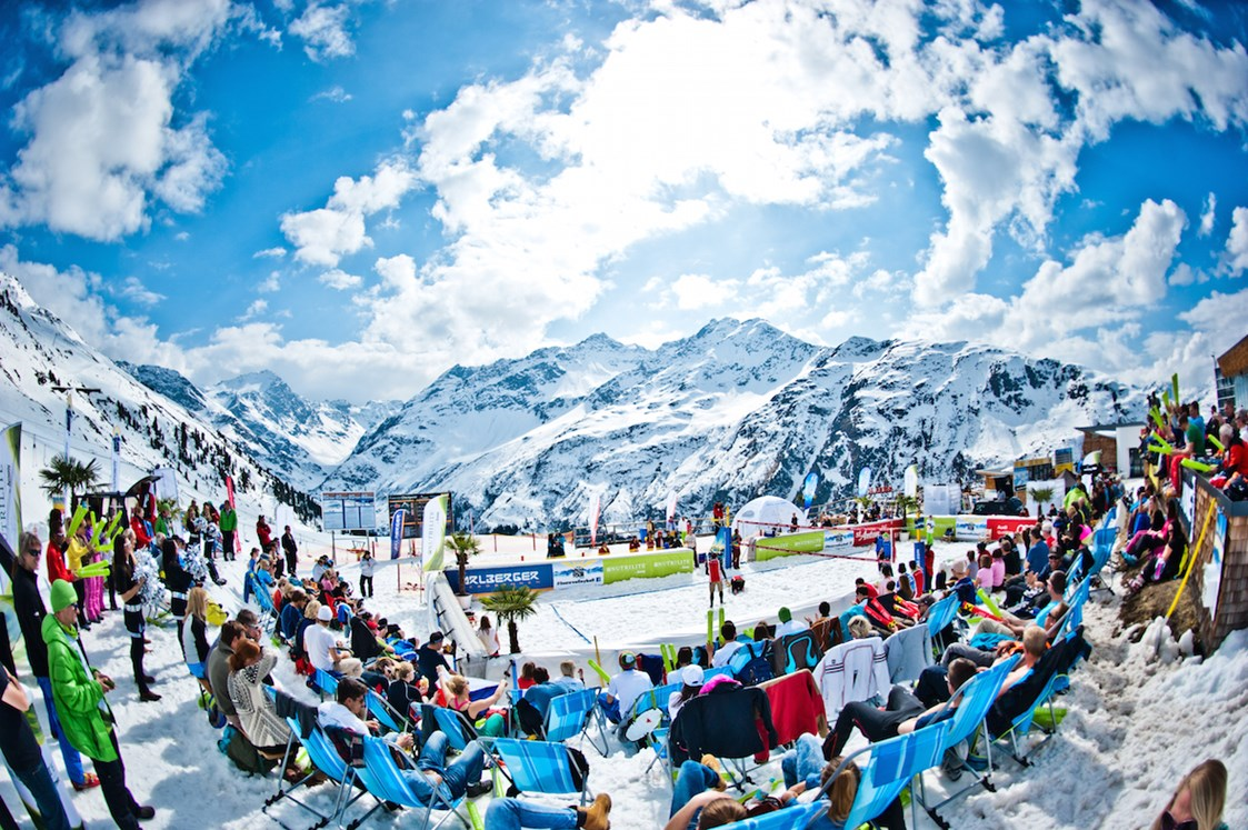 Skihotel: Lägendäre Events - hier das Snow Volleyball. - Ski Arlberg