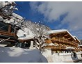 Skihotel: The Resi Vorderansicht mit Skibushaltestelle - Biohotel The RESI & Appartements